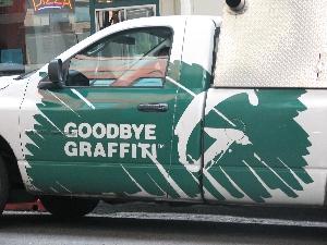 """""""Pas trop de graffitis dans le coin, mais par contre, là-bas Monsieur, le mur est tout plein de chewing-gums !!"""""""