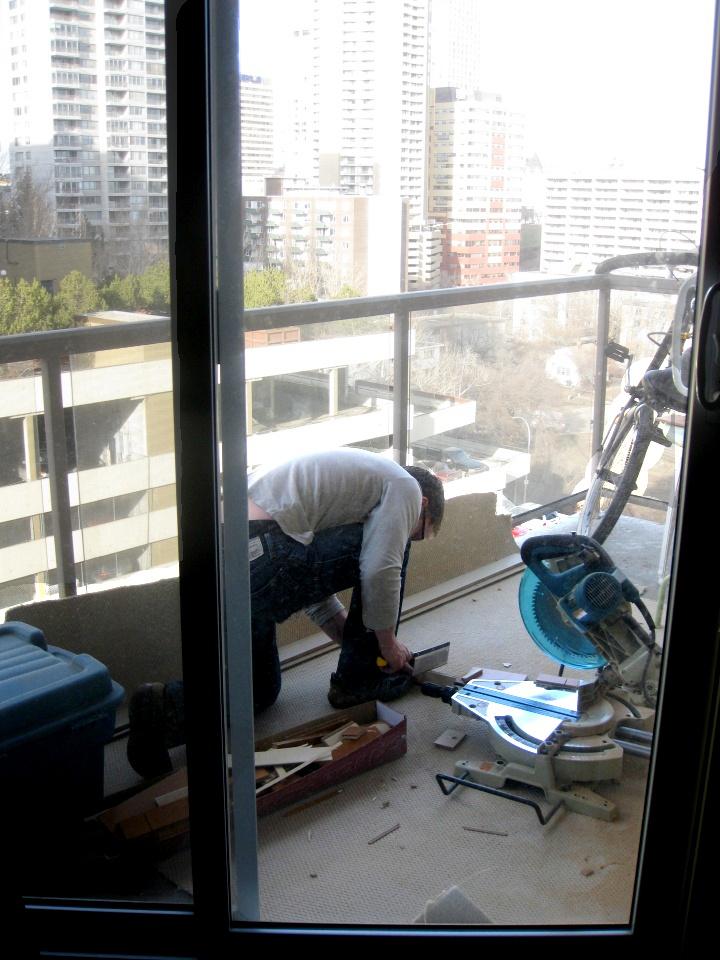 Séance de sciage sur le balcon