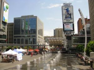 Dundas Square sur Yonge Street : shopping et pub