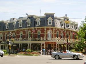 Joli bâtiment sur la rue principale