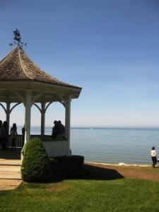 Kiosque au bord du lac