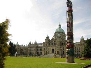 Le Totem avec le Parlement derrière