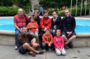 18-La petite famille pres de la fontaine