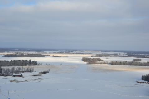 Paysage de prairies enneigées en direction du nord
