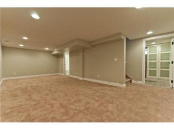 Grande pièce au sous-sol