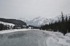 Neige, rivière et montagne