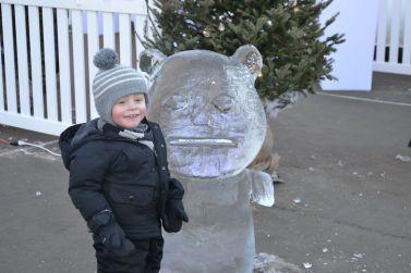 Nathan était ravi de trouver une sculpture à sa taille !