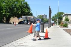 """Nathan fait un peu de """"rangement"""" sur le bord de la route (les cônes n'étaient pas assez bien alignés...)"""