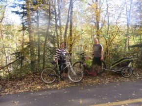 Premier tour en vélo à 4 (vélos, draisienne, remorque)