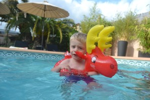"Nathan pas très rassuré dans sa bouée ""orignal"" (merci Charlotte !)"
