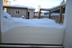 Accumulation de neige devant la porte