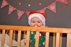 Une petite mère Noël prête à aller dormir