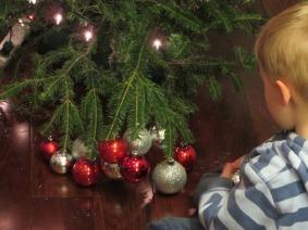 Décoration du sapin. Nathan a eu la main lourde sur une des branches qui a finalement craqué... !