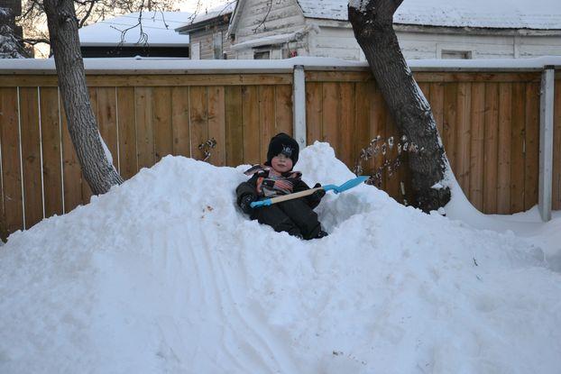 """Nathan s'est creusé une """"piscine"""" en haut du tas de neige"""