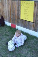 Premier cours de foot - une spectatrice enjouée.. :)