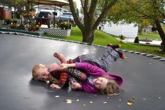 Nathan et Zoé sur le trampoline