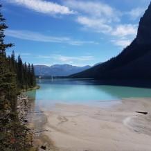 Boue et début du lac avec vue sur l'hôtel au fond