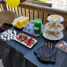 Goûter star wars, gâteau Dark Vador, jus de yoda (simple limonade maison avec une goutte de colorant) et marshmallows stormtroopers