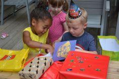 Déballage de cadeaux et de cartes d'anniversaire