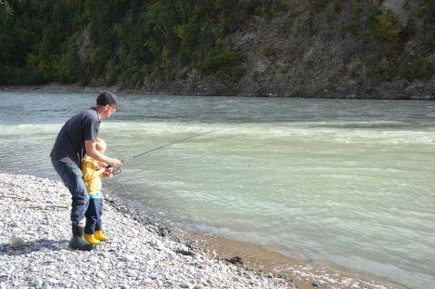 Raoul apprend la pêche à Nathan