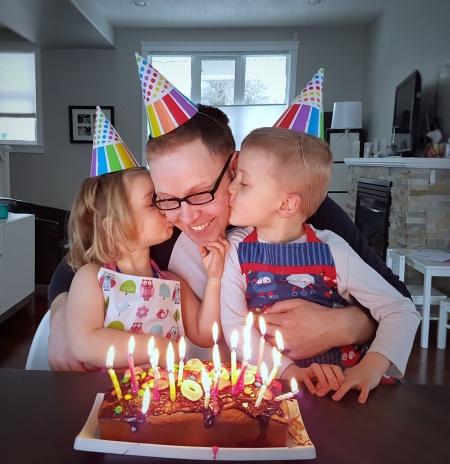 On déguste ENFIN le gâteau avec le birthday boy