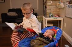 Nathan lit des histoires à Lucie