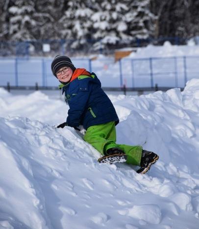 Nathan joue dans la neige