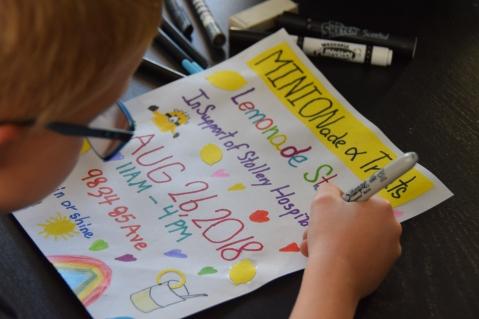 Nathan qui crée le poster affiché dans le quartier